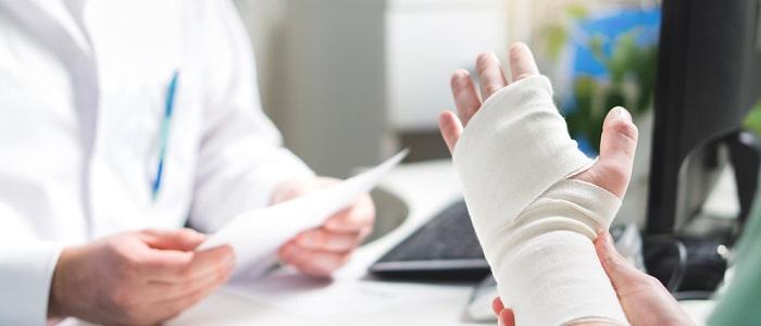画像: 事故や病気にかかった場合について